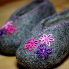 """""""Розовые цветы"""" тапочки домашние валяные женские серые"""